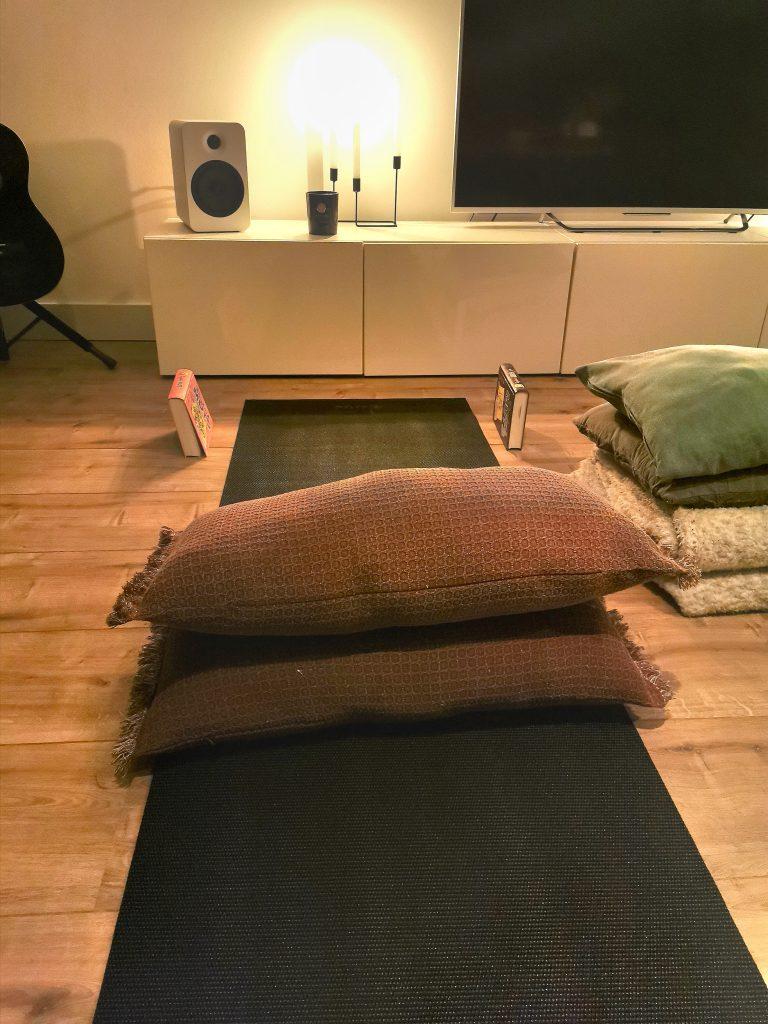 Yoga 1 768x1024 - Alle ballen in de lucht