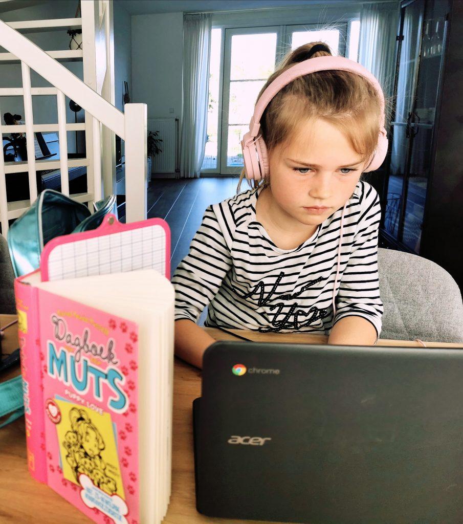 Schermtijd 905x1024 - Hoe krijg je jouw kinderen aan het lezen?